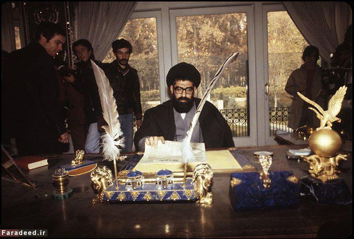 عکس نوشت - دفتر کار محمدرضا شاه در دست انقلابیون, image