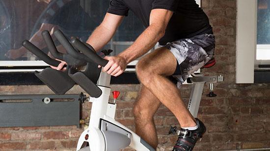 20 اشتباهی که در حین تمرین با دوچرخه ثابت، مرتکب می شوید.