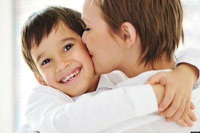 نوازشها، بوسهها و محبتها چه تاثیری در رشد و پرورش کودک دارند؟, بچه, بچه داری, تربیت فرزندان, فرزند, فرزندان, کودک, کودکیاری, نکات تربیتی