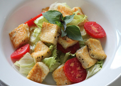 طرز تهیه سالاد پنیر کبابی هالومی, سالاد و ترشی