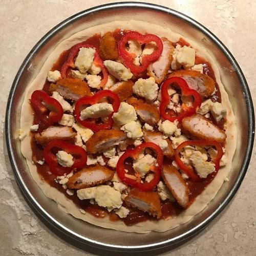 طرز تهیه پیتزا مرغ سوخاری مرحله به مرحله