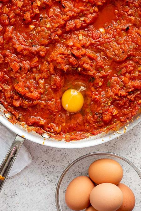 شکشوکه یا تخم مرغ با سس گوجه فلفلی